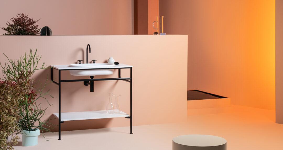 Meuble de salle de bains avec piètement et vasque mouléé_collection Rise de chez Zucchetti